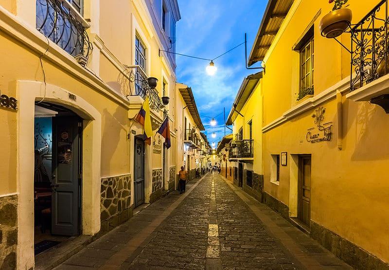 Calle_de_la_Ronda,_Quito,_Ecuador,_2015-07-22,_DD_215